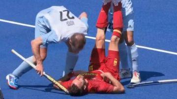 Un jugador argentino golpea al español David Alegre con el stick en la cabeza