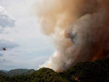 n helicóptero de la UME trabaja en la extinción del incendio en la sierra de Santa María de Miralles