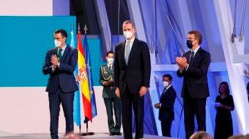 Sánchez, Felipe VI y Feijóo, durante la ceremonia de entrega de la Medalla de Galicia