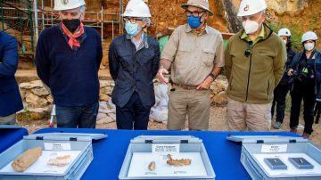 El consejero de Cultura y Turismo de Castilla y León acompañado por los codirectores de Atapuerca en el balance de la campaña de excavaciones.