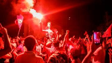 Simpatizantes del presidente tunecino Kais Saied se reúnen en las calles después de que éste destituyera al gobierno y congelara el parlamento el pasado domingo