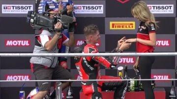 Victoria y pedida de mano en el podio de Scott Redding
