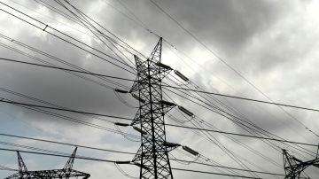 El precio de la luz cae este viernes un 11%, pero sigue superando los 166 euros MWh