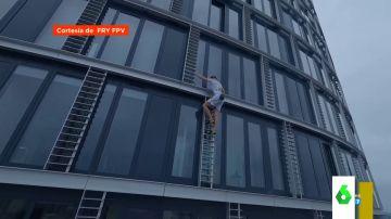 La temeraria hazaña de un escalador: así trepa por un rascacielos sin cuerdas