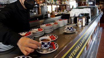 Un hostelero sirve un café en un bar de Galicia