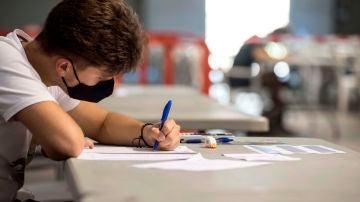 Un estudiante hace un examen