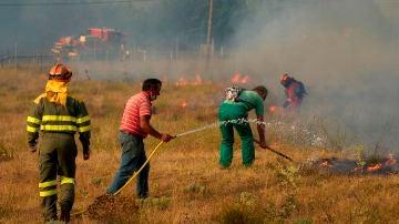 Bomberos y vecinos trabajan en las labores de extinción del incendio declarado en Navalacruz y Cepeda de la Mora y La Parra