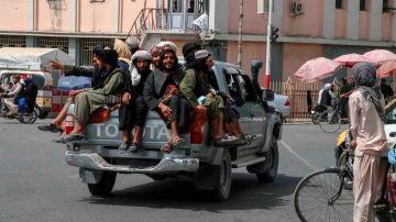 Un grupo de talibanes circulando por las calles de Kandahar, en Afganistán