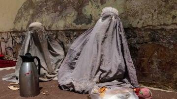 Imagen de archivo de dos mujeres afganas obligadas a llevar burka, como marca la sharía