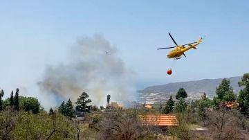 Vista del incendio forestal que se ha declarado este martes en el municipio palmero de El Paso.