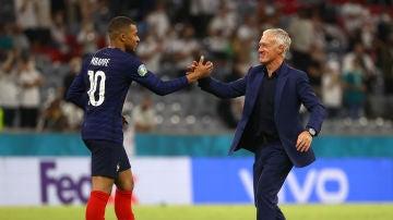 Didier Deschamps y Kylian Mbappé