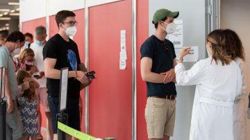 Varias personas esperan a poder realizarse una prueba PCR.