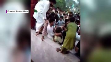 El indignante momento en el que una turba de 400 hombres ataca y desnuda a una joven tiktoker en Pakistán
