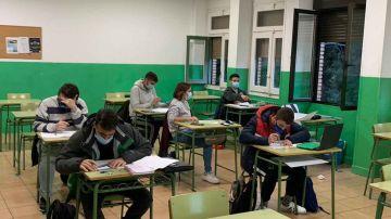 Un aula escolar con varios jóvenes