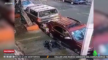 La secuencia de un robo surrealista: roba un retrovisor, se cae de su silla de ruedas y tienen que ayudarle a levantarse