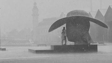 En busca de la pareja fotografiada en Valencia refugiados bajo una escultura en mitad de la tormenta