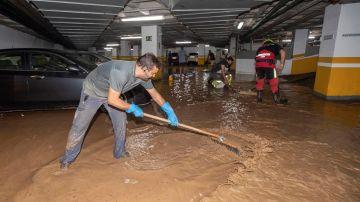 Trabajadores del Ayuntamiento de Águilas achican agua del garaje de un hotel.