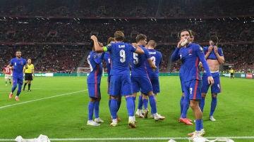 La selección inglesa celebra un gol