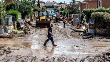 Los vecinos afectados por las inundaciones siguen limpiando sumidos en la desesperación