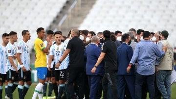 Los jugadores de Argentina se van del campo