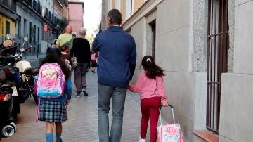 Varios niños asisten a su primer día de colegio en el centro de San Ildefonso de Madrid