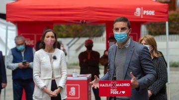 Juan Lobato interviene durante un acto organizado en la Plaza de las Hermandades, el 21 de abril de 2021.