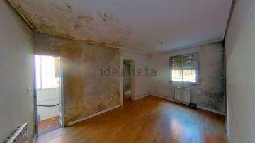 Un piso de 48m² con moho y humedades en Madrid, a la venta en Idealista por 101.000 euros