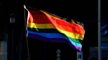 La bandera LGTBI durante una manifestación en Madrid