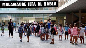 Los niños llegan al colegio en San Sebastián