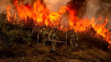 Bomberos forestales realizan labores de extinción en un incendio en el municipio orensano de Rubiá, en una fotografía de archivo.