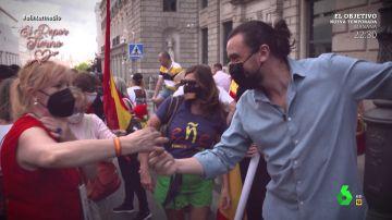 David Pareja intenta calmar la crispación regalando rosas a manifestantes contra Sánchez