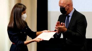 """La reina Letizia recibe el título """"Alumna UCM de Honor"""" de manos del rector de la Universidad Complutense de Madrid, Joaquín Goyache"""