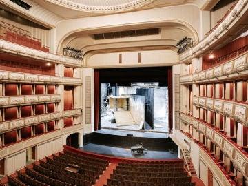 Patio de butacas y escenario de la Ópera Nacional.