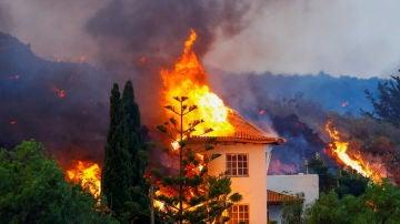 Una casa se quema debido a la lava de la erupción de un volcán en el parque nacional Cumbre Vieja en Los Llanos de Aridane, en la isla canaria de La Palma