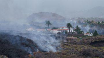 Una colada se desplaza por el barrio de Todoque, en el municipio de Los Llanos