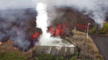 Así explota la lava del volcán de La Palma al entrar en contacto con el agua de una piscina