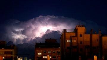 Los rayos iluminan el frente de nubes de la DANA en su llegada a la provincia de Alicante