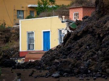 La colada de lava generada por el volcán que entró en erupción el domingo en La Palma irrumpe en Todoque.