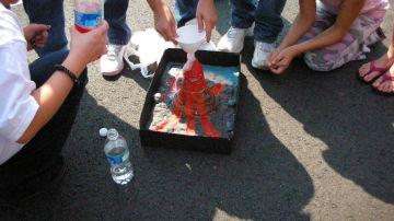¿Cómo hacer un volcán con bicarbonato y vinagre para niños?