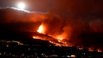 El aspecto de la erupción del volcán por la noche