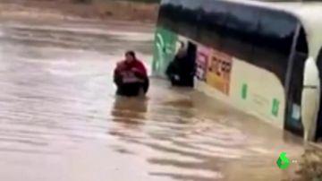 Rescatan a seis pasajeros de un autobús tras quedar atrapados por las inundaciones en Cartaya (Huelva)