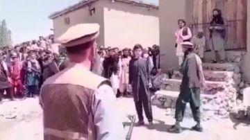 Azotan en público a un joven en Afganistán
