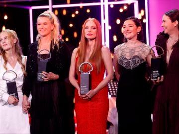 Flora Ofelia, Tea Linderburg, Jessica Chastain, Adrian Paduretu y Alina Grigore posan con sus premios del Festival de San Sebastián