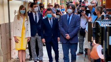 El presidente de la Generalitat, Pere Aragonés, y el expresidente Carles Puigdemont pasean por las calles de L'Alguer