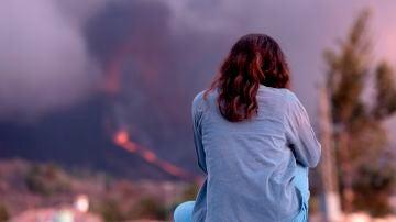 Una mujer observa el volcán de La Palma