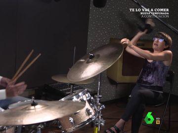 Thais Villas se quita el sujetador y se lo tira a Edmundo Bal en pleno 'concierto' al ritmo de LoquilloEd total