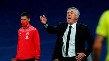 Carlo Ancelotti, entrenador del Real Madrid durante un partido.