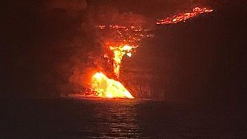 La lava impactando contra el mar