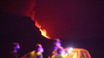 Los equipos de Emergencias controlan la evolución de la lava en su llegada al mar.