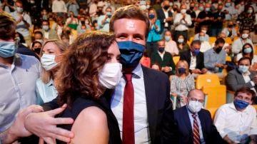 Isabel Díaz Ayuso se abraza con Pablo Casado durante la convención del PP